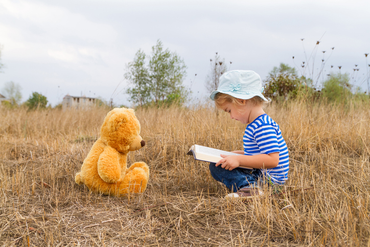 Bundesweiter Vorlesetag | Kind liest Bär vor