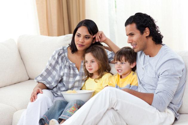 familie-vor-dem-tv